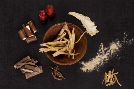 Traditional medical herbs from asia, alternative medicine. Aswagadha, ginseng, raisin tre, jujube.